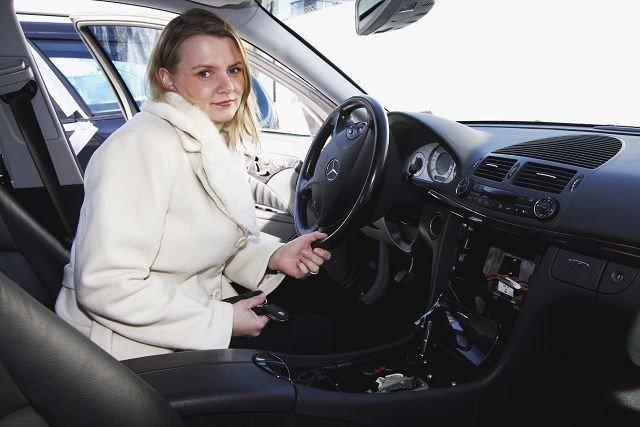 Slik ser bilen ut etter at tyvene har demontert navigasjonsutstyret. Eieren av bilen, Merete Vestli, er oppgitt.