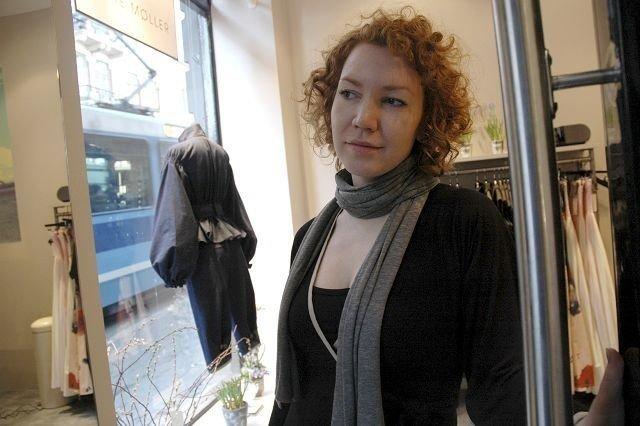 KOM INN; KOM INN: Butikkansatt Heidi Hem ønsker kunder velkommen. FOTO: JULIE MESSEL