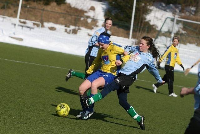 Unge Kamilla Lillefjære (høyre) jobbet bra på topp i kampen mot Alta.