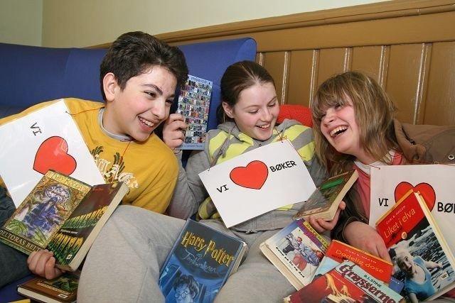 Mohammed Elfarri, Milica Milicic og Hannah Figenschou Johansen ønsker seg et velfylt bibliotek på Sagene skole. FOTO: MAREN THORSEN BLESKESTAD