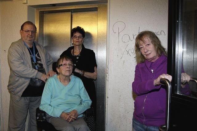 Rullestolbruker Gerd Reiersen kom seg med nød og neppe til sykehuset denne uka. Her sammen med naboene Peter Van Dijk, Olette Jørgfrid Midtrud og Aud Kristiansen.