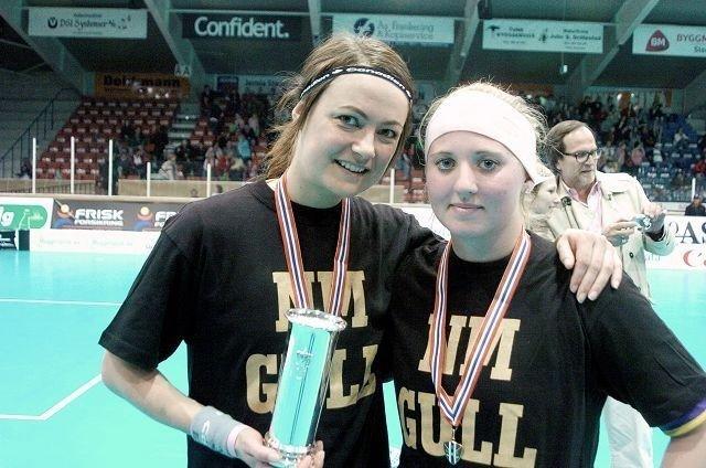 Ingvild Øversveen (til v.) og Petra Weiss med Kongepokalen og gullmedaljene. Øversveen tok sitt første NM-gull på det femte forsøket.