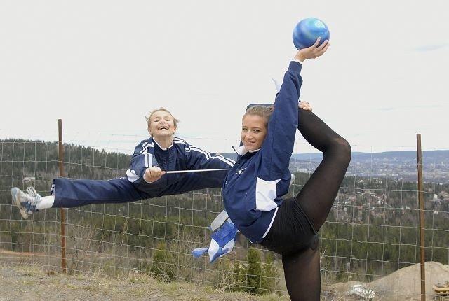 Maiken Wang Ellingsen (t.v.) og Rikke Sandvold elsker å drive med rytmisk sportsgymnastikk. Duoen hevder seg også helt i toppen nasjonalt.