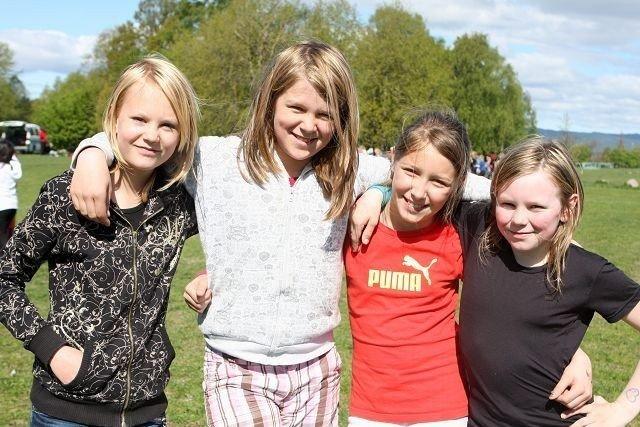 Klassevenninne i 5. klasse på Grefsen skole (f.v.) Nora Ekrem (11), Bertine Brubakk (10), Aurora Halstensen (11) og Sara Eldor (10) syns det er helt topp med skoleidrettsdag.