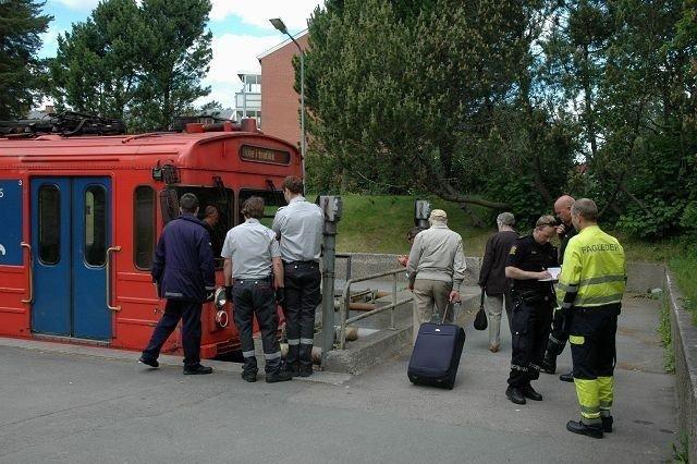 Det var en av de eldre, røde t-banevognene som mistet bremsekraften og kjørte inn i bufferen i enden av skinnegangen på Bergkrystallen søndag ettermiddag. Foto: Nina Schyberg Olsen