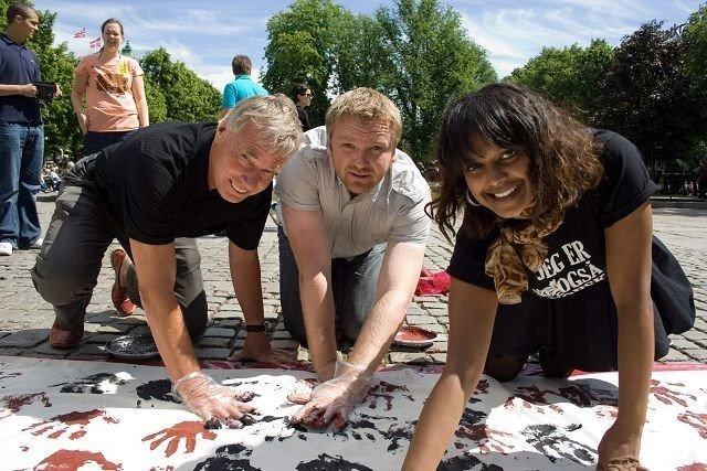 (F.v.) Rune Gerhardsen, Anders Røberg-Larsen og Khamshajiny Gunaratnam satte hånda ned mot rasisme. (Foto: Tore Sinding Bekkedal )