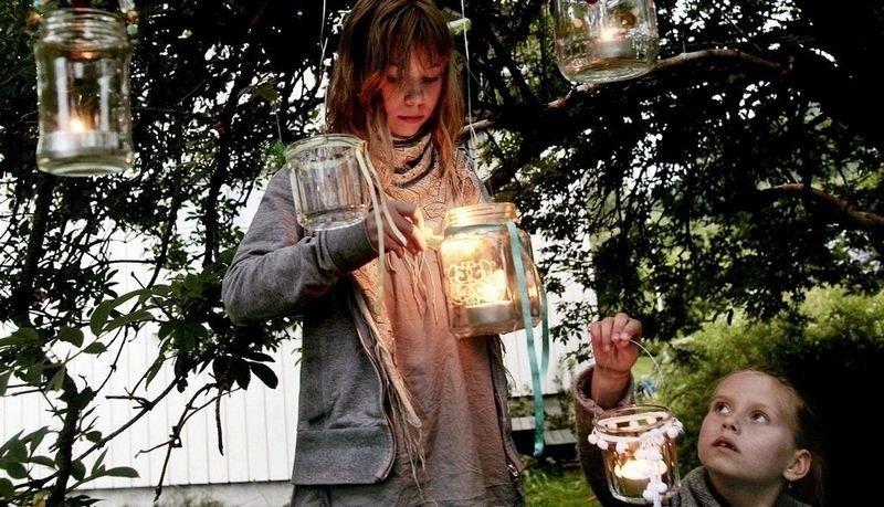 MAGI: Ella og Lisa skaper magisk sommerstemning med hjemmelagede hagelykter av syltetøyglass. (Foto: Tri Nguyen)