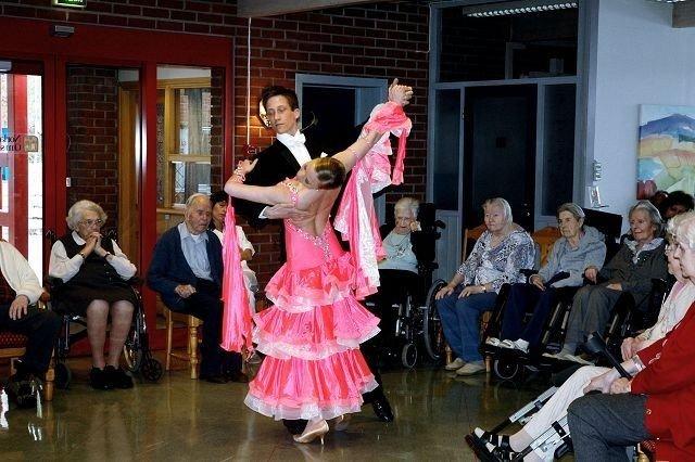 Sykehjemmene våre går en lysere tid i møte med tanke på kultur og underholdning. Her fra en danseoppvisning på Lambertseter sykehjem, som får 100 000 kroner til trivselstiltak. Arkivfoto: Nina Schyberg Olsen