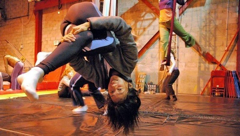 AKROBATISK: Acroyoga er blitt populært i mange land, og har så smått begynt å tilbys også i Norge. (Foto: Aerial Yoga)