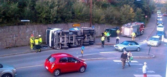 Den 32 tonn tunge tankbilen deiset overende i svingen, på vei oppover Holmenkollveien på Besserud. Foto: Privat
