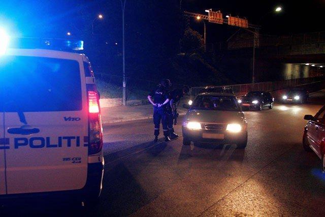 En mann krasjet tirsdag kveld inn i en politibil. Den antatt bevæpnede mannen la senere på sprang. FOTO: Frank H. Evensen