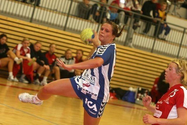 Tre mål: Ingrid Loftheim (venstre) dundret inn tre scoringer mot Ingerid Sperlin og Follo. Sistnevnte var megt god, og hadde åtte spillemål.