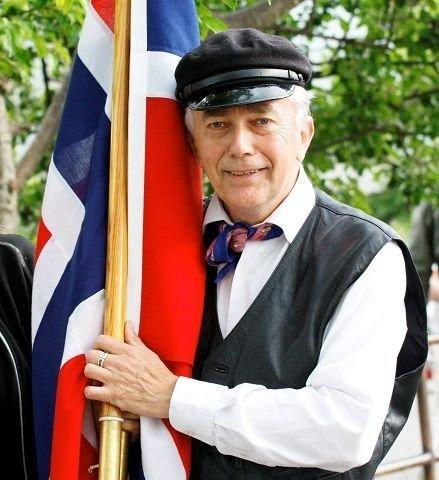 Reidar Øye Brevik venter nå på din historie fra Abildsø skole. Her er han i historisk mundur, som primus motor under skolens 150-årsfeiring i juni.