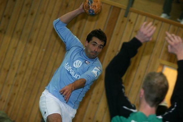I skuddet: Martin Andresen prøver seg fra kanten mot håndballkeeper Øyvind Myhr.