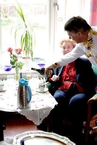 Institusjonssjef Svein Arne Risa serverer en fornøyd beboer Baileys.