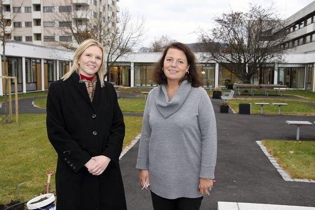 Byråd for velferd og sosiale tjenester Sylvi Listhaug (Frp) ble godt mottatt av institusjonssjef Katrine Selnes da hun besøkte Økern sykehjem. ALLE FOTO: Anita L. Hanken