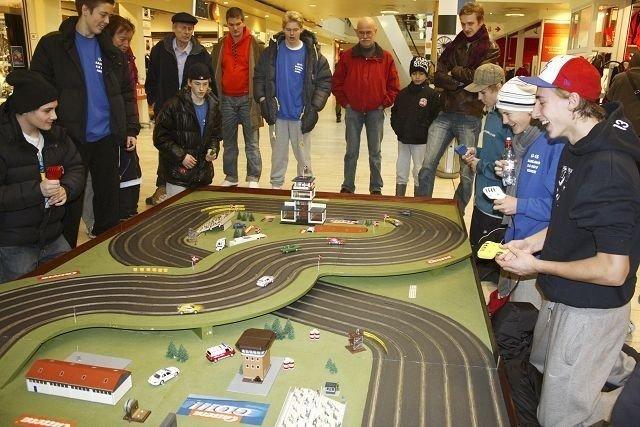 Anders Olafsen, Didrik Tollefsen, Endre Medby og Markus Noteng kjørte om kapp i bilbanemesterskapet på Manglerud senter lørdag. Foto: Aina Moberg
