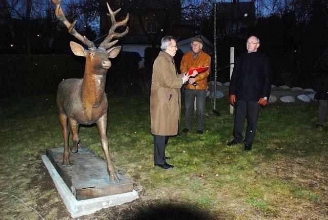 Ole Gunnar Selvaag (fra venstre), Skule Waksvik og Kjell Vinje med den nye Kronhjorten på Gaustadtunet. Foto: Utlånt