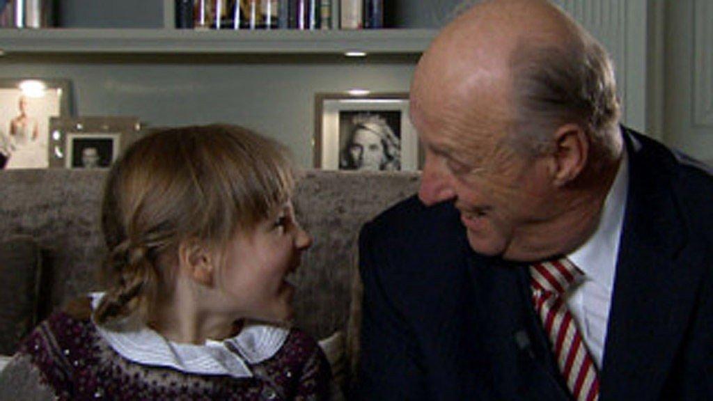 GOD TONE: Prinsesse Ingrid Alexandra presenterer barnesiden med bestefar, kong Harald.