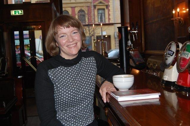 Eivor nyter gjerne en kopp kaffe på Olympen på Grønland, som er blitt et lokalt stamsted for forfatteren. FOTO: Anita Bakk Henriksen
