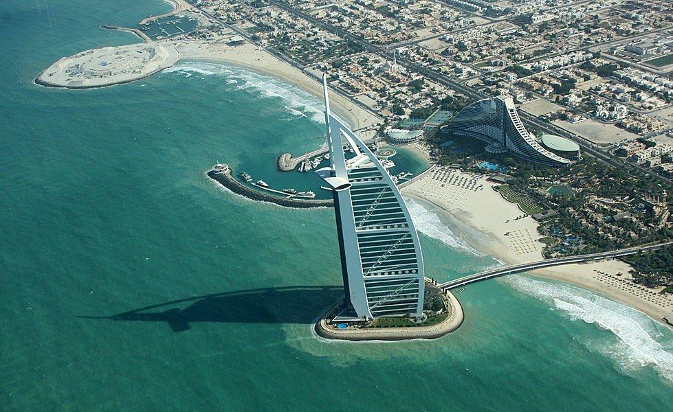Et av verdens mest lukseriøse hotel, Burj Al Arab, kommer man ikke utenom når man er i Dubai. Den runde bygningen ytterst på piren er en nattklubb som heter 360° og er også verd et besøk på kveldstid.