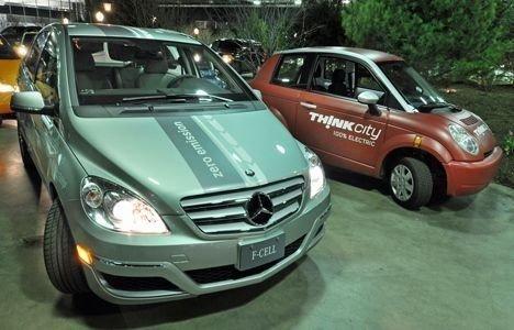 NORSK OG TYSK: El/brenselcelledrevet Mercedes B-klasse skal til Norge på test. Ved siden av Think som hadde sin debut i Detroit for åtte år siden.