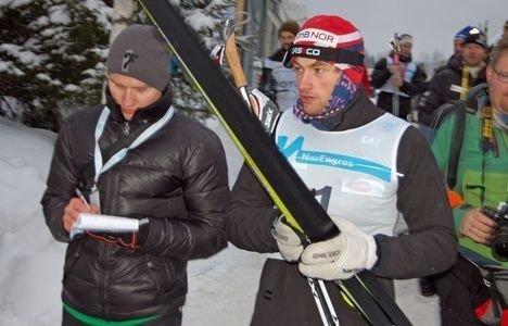 Petter Northug (t.h.) er Norges mest omtalte idrettsutøver. Her med pressen på slep etter torsdagens NM-seier i Stokke.