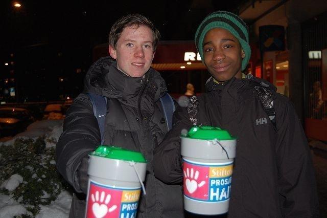 Nicky og kompisen Øyvind Jalland Schjerven (14) plasserte seg strategisk utenfor Rimi i Harald Hårfagres gate ved Majorstuen. FOTO: Anita Bakk Henriksen