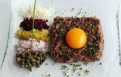 PARISERBØF: Den ligner på tartar, men her er kjøttet stekt.
