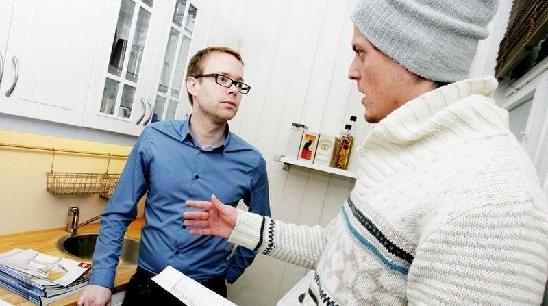 PÅ VISNING: – Er det planlagt vedlikeholdsarbeid i sameiet? Er det plass til vaskemaskin? Fredrik Westgaard (t.h.) har mange spørsmål. Megler Glenn Oliver Kristiansen svarer.