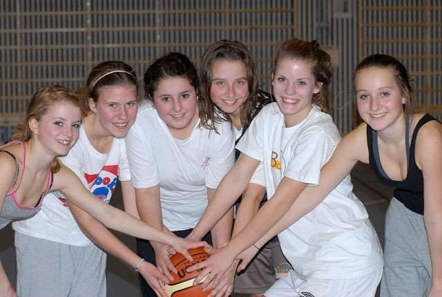 Blid basketgjeng: Bislet Basket har levert en flott sesong i serien for 16-årslag tross sin unge alder. Fra venstre: Emilie Sofie Sogn Falch, Eva Oiknine, Michelle Egeberg, Klaudia Scweda, Ulrikke Falch og Julie Haugan. Ikke til stede da bildet ble tatt: Iduna Arnestad og Marie Orre Falch.