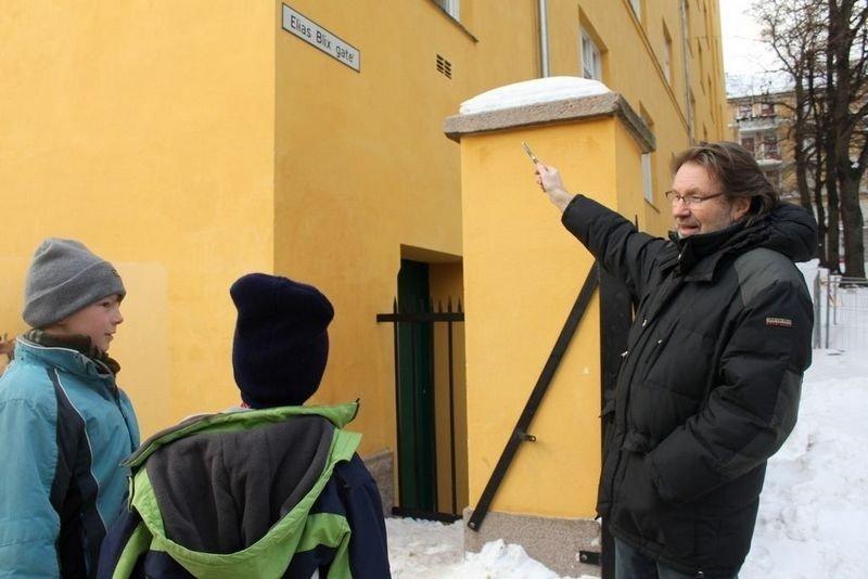 Ole Kristian Åsgård forteller to femteklassinger ved Ila skole hva gaten egentlig heter.