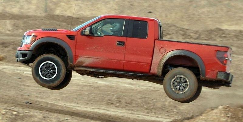 TAR AV: Ikke vanskelig å sveve med Ford F-150 SVT Raptor. Liker det gjør den også.