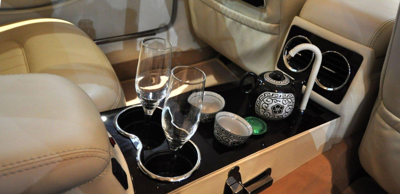 Her er det ikke bare plass til tekoppen, men også champagneglasset.