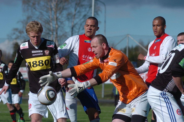 - Vi visste at vi ville få trykk mot oss. KFUM var et bedre lag, sa Valdres-keeper Kai Erik Rundbråten som her snapper ballen foran Tor Øyvind Reinemo.