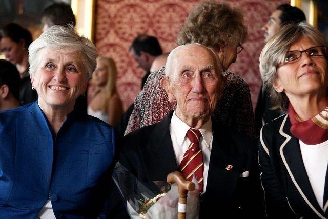 Sprek: 99-åringen Finn Tellefsen flankeres av døtrene sine Marit Sponheim (venstre) og Sidsel Klepstad.