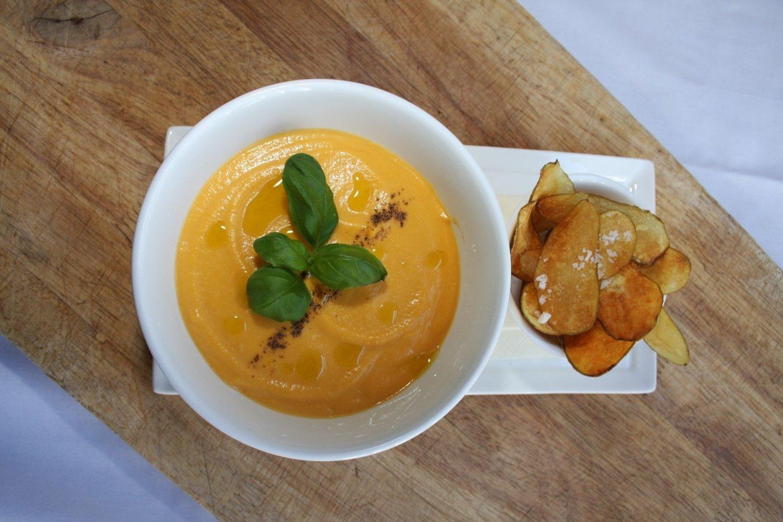 Ukas mattips er søtpotetsuppe med pære og mandelpotetchips. Velsmakende i den foreløpige kjølige våren.