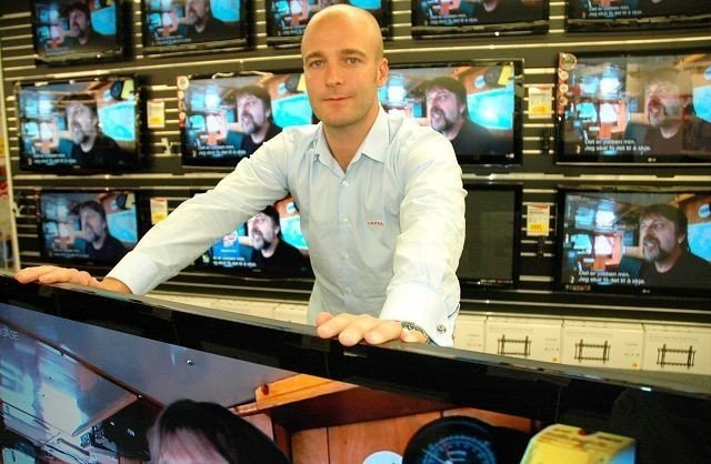 Thomas Sedlak på Lefdal Storo gir bort seks flatskjermer. (Ikke tv-ene på bildet).