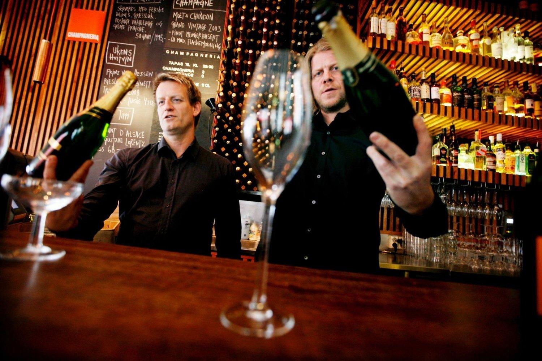 – Prøv en champagne fra en av de små produsentene. Den koster halvparten, men er vel så god, tipser champagneforfatter Geir Gjerdrum (t.v.).