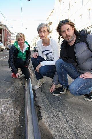 Ingvild Gjerdsjø, Inger Haug og Knut Nygaard må holde ut i et år til med bulder og brak i Vogtsgate. FOTO: LARS ROAR RUD