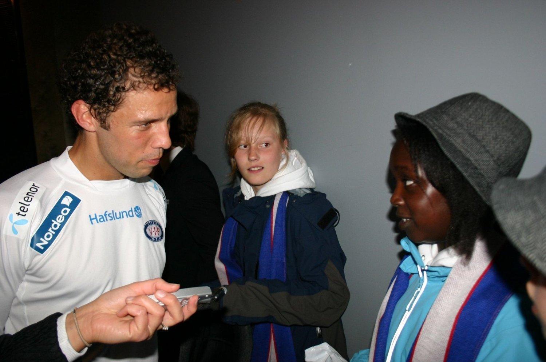Dos Santos forteller miljøreporterne Maren og Nicole om hva han gjør for miljøet etter kampen mot Aalesund