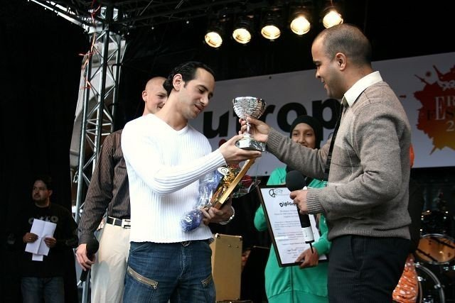 Mikey Akhtar tok imot prisen på vegne av Farid Bouras