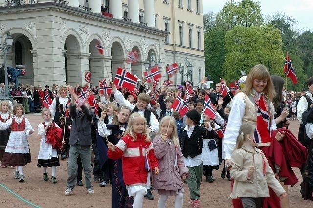Marienlyst skole i barnetoget på Slottsplassen. ALLE FOTO: ANDERS JØRSTAD