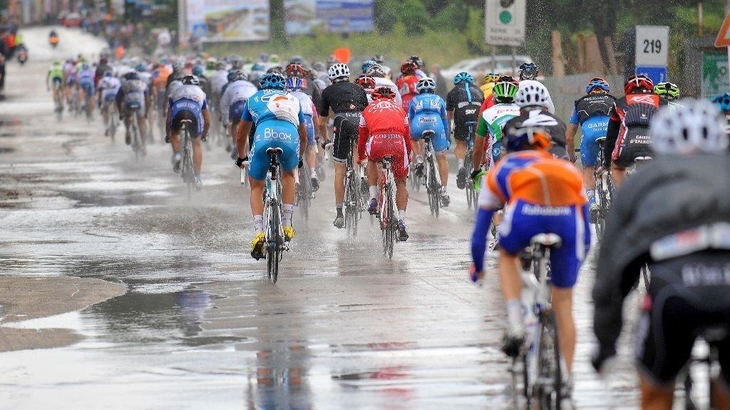 VÅTT: Plutselig var veiene rytterne syklet overfylt med vann.