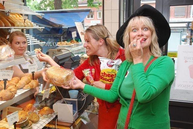 På Samsons konditori forhandler Partner frem et brød, mens Molly triumferende har lurt unna en seigdame. Foto: Vidar bakken