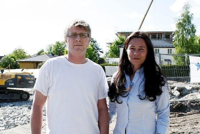 Stig Ekrem og Merethe Danielsen bor i Holtveien 1 og de forteller at støyen fra arbeidene i Holtveien 3 har gjort det umulig å oppholde seg i hagen. Nå gleder de seg over at det er stille om morgenen og når de kommer tilbake fra jobb. Arkivfoto: Kristin Trosvik
