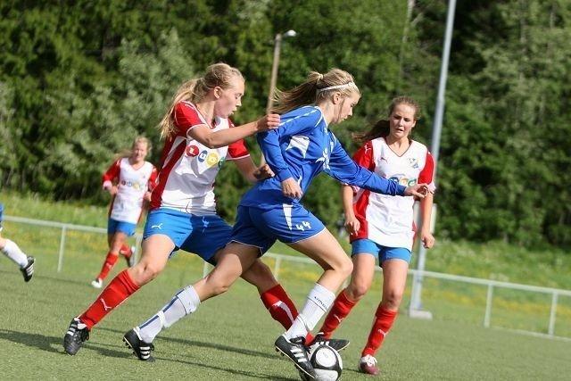Jobbet: Lyns Heidi Ødegaard (venstre) og Martine Tetley Harr stopper Kolbotns to-målsscorer Ada Stolsmo Hegerberg.