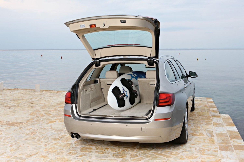 BMW 5-serie stajonsvogn har et 560 liter stort bagasjerom, som kan økes til 1670 liter.