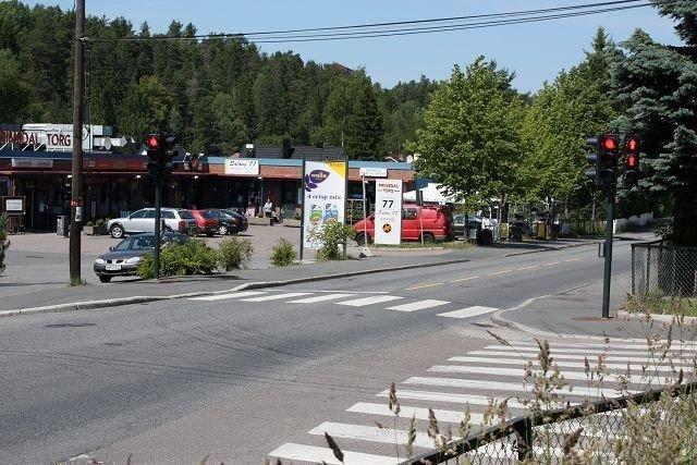 En mann i 30-årsalderen, kjenning av politiet, ble søndag formiddag stukket med kniv i Nedre Prinsdals vei ved Høydalsveien.