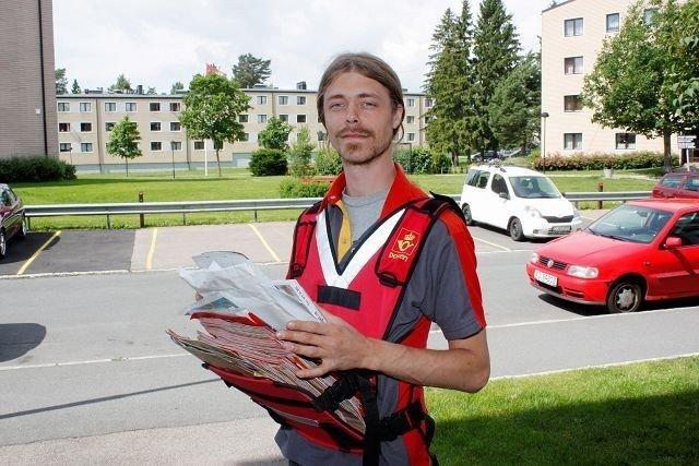 Postbud Dan Are Rui Christiansen hadde både sol og skyer over seg på runden i Grusveien på Lambertseter i dag.